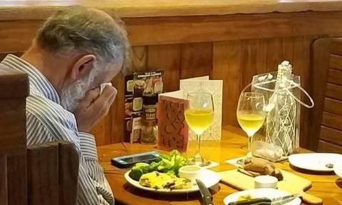 Θα λυγίσετε! Δείπνο ανήμερα του Αγίου Βαλεντίνου με τις στάχτες της γυναίκας του (pic)
