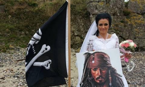 Παντρεύτηκε το φάντασμα ενός πειρατή και τώρα φοβάται ότι είναι έγκυος! (pics)