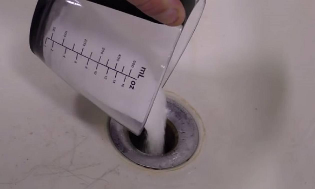 Παίρνει ένα ποτήρι αλάτι και το ρίχνει μέσα στο νεροχύτη - Θα το κάνετε αμέσως! (video)