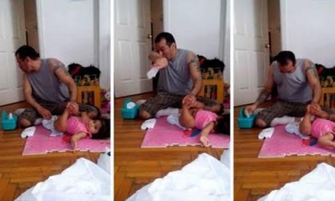 Το νέο ξεκαρδιστικό βίντεο: Μπαμπάς προσπαθεί να αλλάξει την πάνα της κόρη του