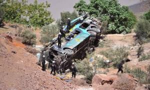 Τραγωδία στο Περού: Δεκάδες νεκροί από πτώση λεωφορείου σε φαράγγι (pics)