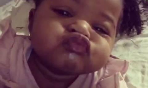 «Ένα φιλάκι είναι λίγο πολύ λίγο»: Αυτή η μικρή μας τρέλανε με τα φιλιά της (vid)