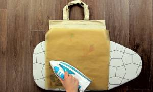 Βάζει μια λαδόκολλα πάνω σε μια σακούλα και σιδερώνει - Θα λατρέψετε το λόγο! (video)