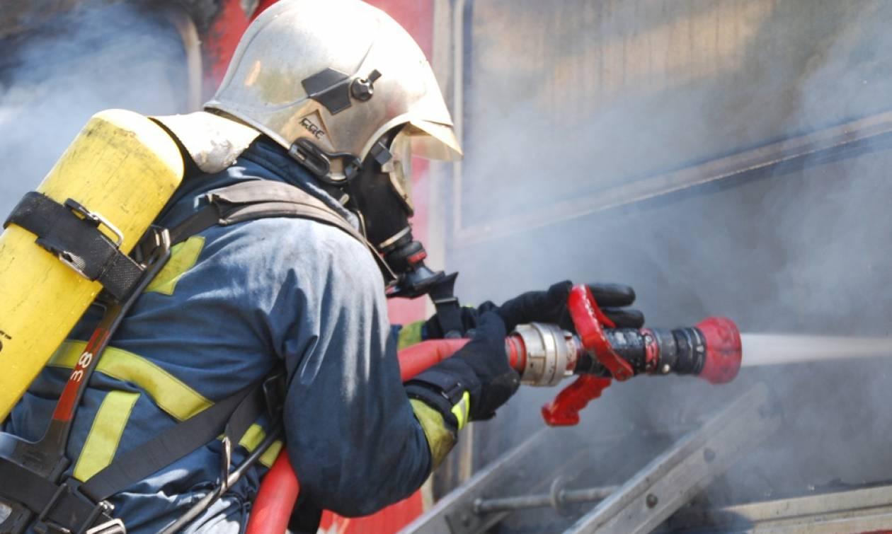 Υπό μερικό έλεγχο η φωτιά σε εργοστάσιο της Μάνδρας