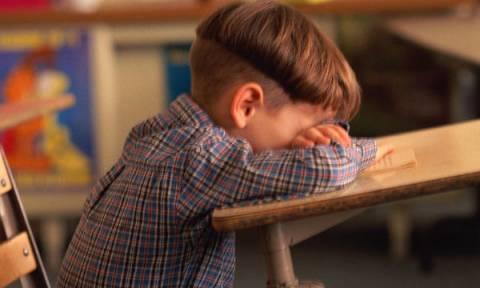 Τον κορόιδεψαν για τα ροζ παπούτσια του και η αντίδραση της δασκάλας ήταν εκπληκτική!