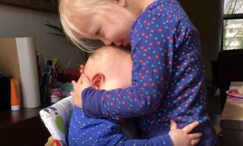 Το βίντεο που θα θέλετε να δείτε ξανά και ξανά: Μωράκι αγκαλιάζει τρυφερά τη μεγάλη του αδελφή