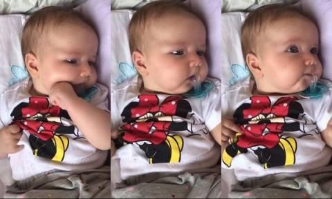 Μωρό, προσπαθεί απεγνωσμένα να βάλει την πιπίλα στο στόμα (vid)