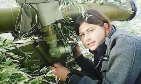 Απίστευτο! Αυτή είναι η γυναίκα που τινάζει στον αέρα άρματα μάχης Τούρκων στο Αφρίν (φωτογραφίες)
