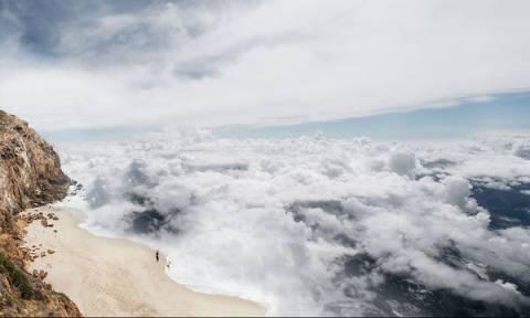 Όταν τα σύννεφα μοιάζουν με τον αφρό της θάλασσας! Φωτογραφίες που «κόβουν» την ανάσα