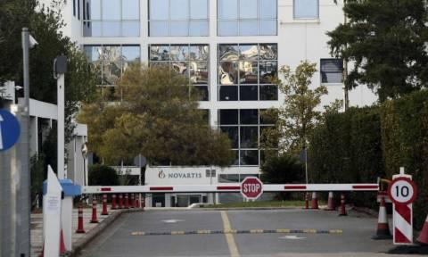 Επίθεση «Ρουβίκωνα» με μπογιές και βαριοπούλα στα γραφεία της Novartis (vid)