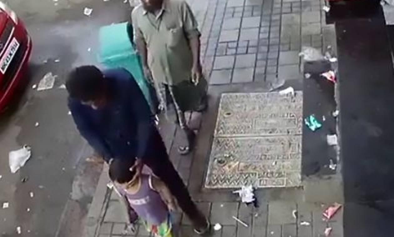 Σοκ: Δείτε πόσο εύκολα απάγουν παιδάκι λίγα μέτρα μακριά από τον πατέρα του (video)