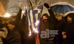Αυτοί είναι οι Σκοπιανοί: Έκαψαν ελληνικές σημαίες και φώναξαν συνθήματα κατά των Ελλήνων
