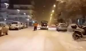 Η τρέλα πάει στην Ορεστιάδα: Δέθηκε πίσω από το αμάξι και σόκαρε τους περαστικούς (vid)
