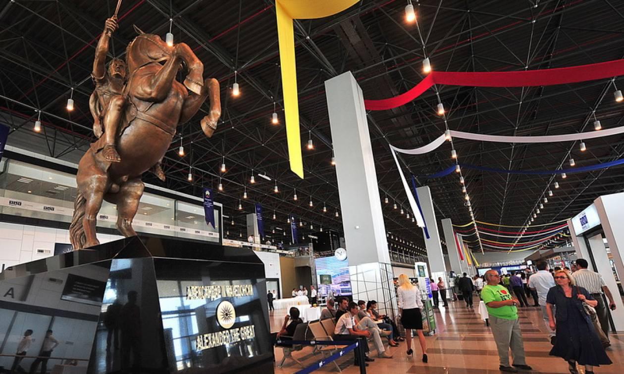 Αποκαθηλώθηκε το άγαλμα του Μεγάλου Αλεξάνδρου από το αεροδρόμιο των Σκοπίων