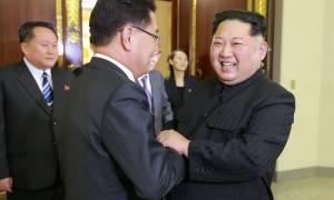 Σημάδια αποκλιμάκωσης της έντασης: Ο Κιμ κάθισε στο ίδιο τραπέζι με τη Νότια Κορέα