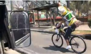 Fail video: Ποδηλάτης που κουβαλούσε άγαλμα στην πλάτη δε θα ξαναδοκιμάσει αυτό το κόλπο!