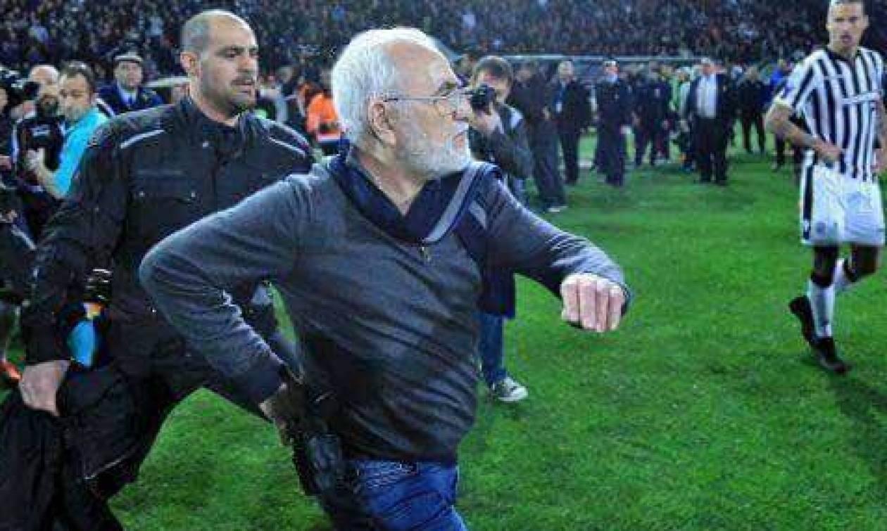 Российский владелец ПАОКа Иван Саввиди с оружием прервал футбольный матч в Греции