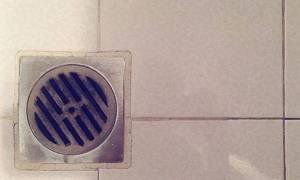 Βούλωσαν τα σιφόνια του μπάνιου από τρίχες; Το απόλυτο κόλπο για να τα ξεβουλώσετε...
