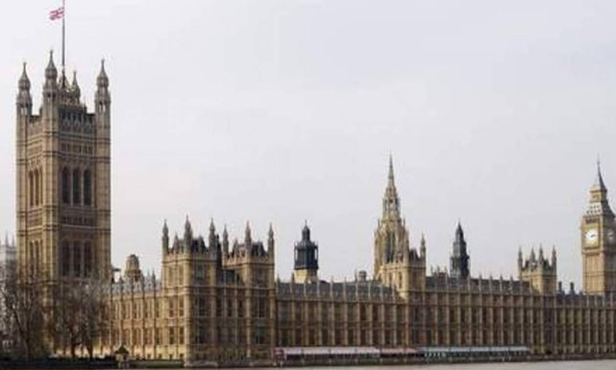 Συναγερμός στο βρετανικό κοινοβούλιο με ύποπτο δέμα