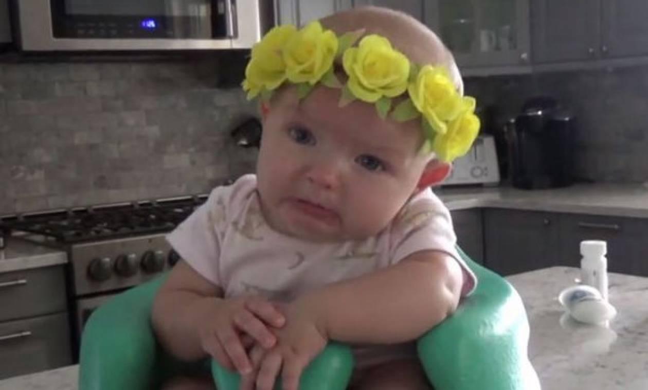 Αυτό το μωρό συγκινείται με το αγαπημένο τραγούδι της μαμάς του -  Δείτε το βίντεο