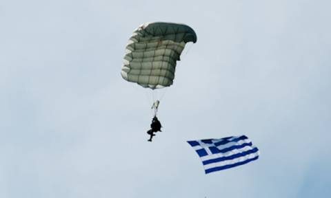 Συναγερμός στις Ένοπλες Δυνάμεις: Πέφτουν αλεξιπτωτιστές στην Αθήνα (photos)