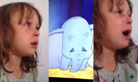Η 3χρονη βλέπει την ταινία Dumbo για πρώτη φορά και ξεσπά σε κλάματα - Δείτε το βίντεο