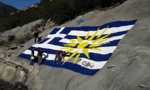 Η τεράστια κι εντυπωσιακή ελληνική σημαία πάνω από τούνελ της Εγνατίας Οδού (pics&vid)