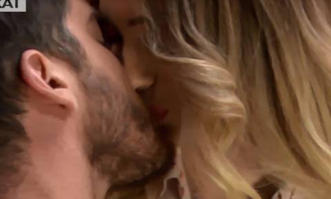 Power Of Love: Δώρος - Αθηνά:  Το φιλί και η παρεξήγηση στο κόκκινο δωμάτιο