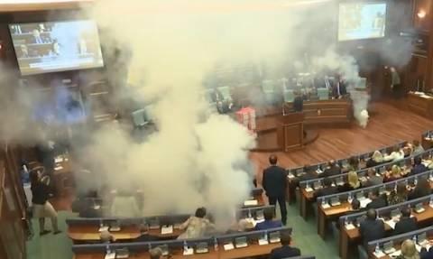 Χάος στο Κόσοβο: Εκτόξευσαν δακρυγόνα μέσα στο κοινοβούλιο της Πρίστινας (Vid)