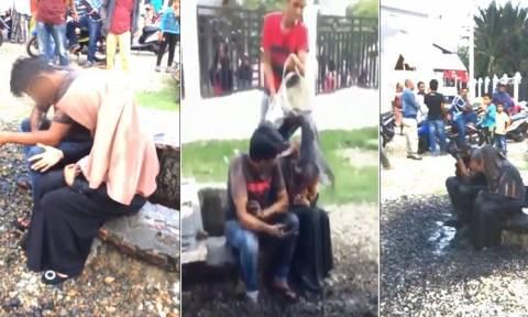 Αδιανόητο: Έλουσαν ζευγάρι με λύματα επειδή συναντήθηκαν μόνοι χωρίς να είναι παντρεμένοι! (video)