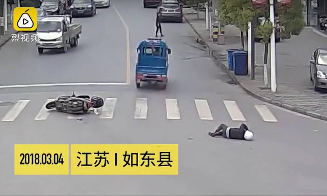 Οδηγός χτυπάει μοτοσυκλετιστή, φεύγει και τελικά βρίσκει τον μάστορά του! (vid)