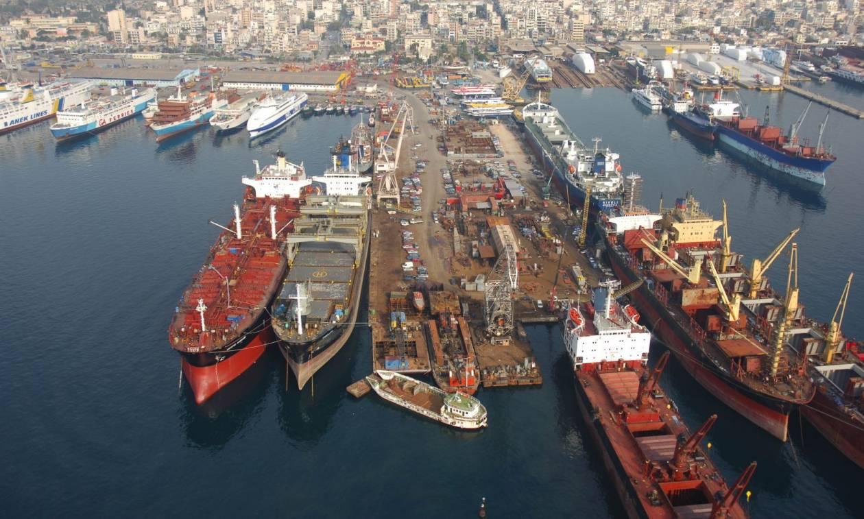 Πέραμα: Αγκυροβολημένο πλοίο «μπάταρε» μπροστά από το ναυπηγείο