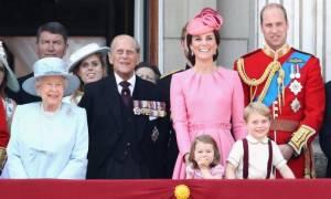 Τα δύο φαγητά που η βασιλική οικογένεια της Βρετανίας απαγορεύεται να καταναλώνει