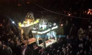 Πάσχα 2018: Αποκολλήθηκε τρούλος Επιταφίου στη Ναύπακτο κατά την περιφορά - Ένας τραυματίας (vid)