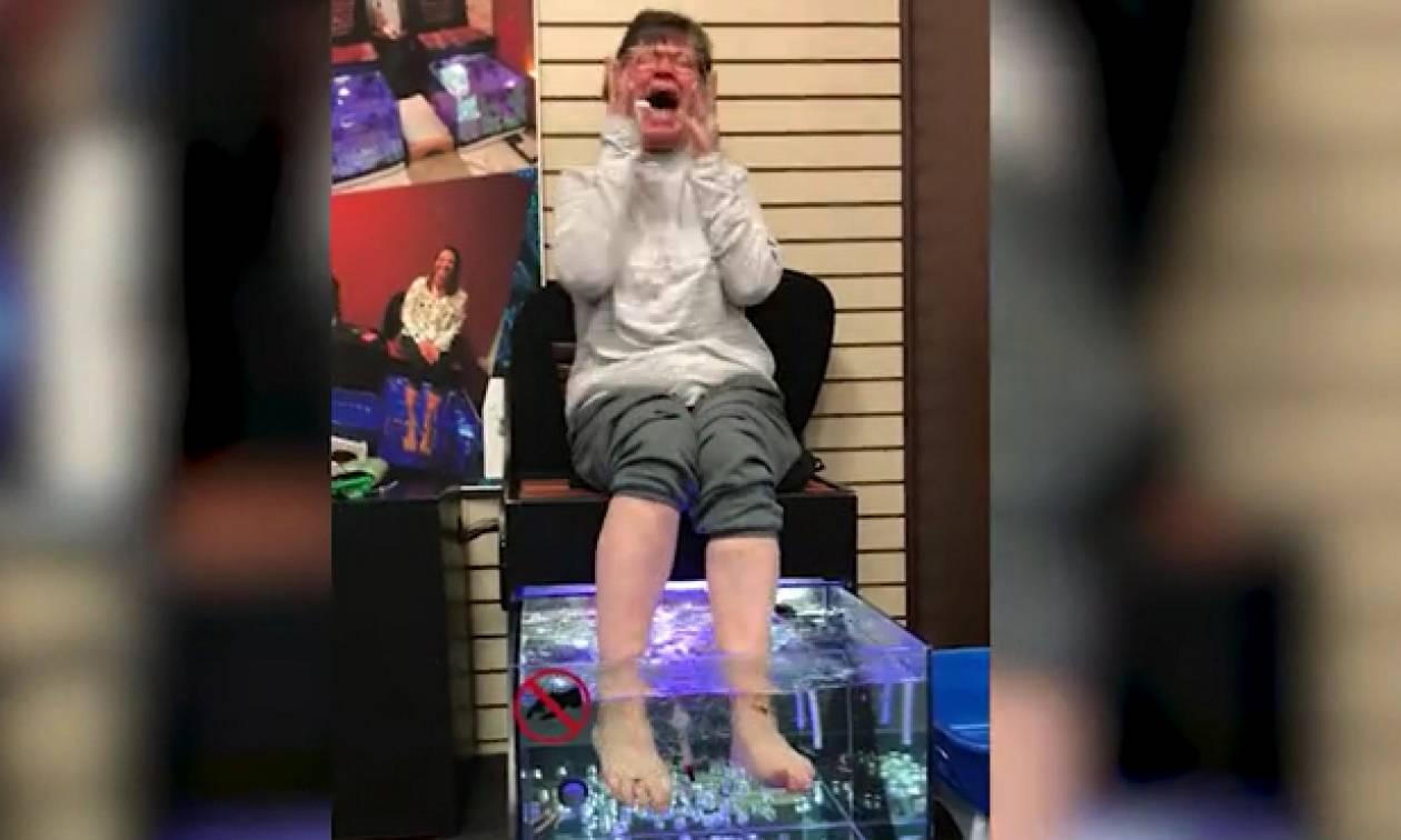 Αποφάσισε να κάνει fish spa. Μόλις έβαλε τα πόδια της στο νερό με τα ψάρια... (video)