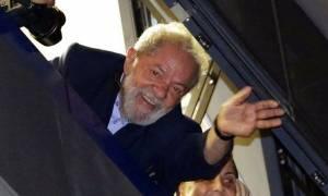 Βραζιλία: Παραδόθηκε στην Αστυνομία ο πρώην πρόεδρος Λούλα Ντα Σίλβα