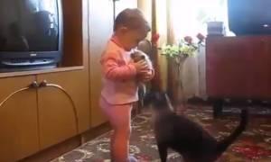 Απίθανο: Μωρό κρατά αγκαλιά ένα γατάκι και η γάτα κάνει τα πάντα για να του το πάρει (vid)