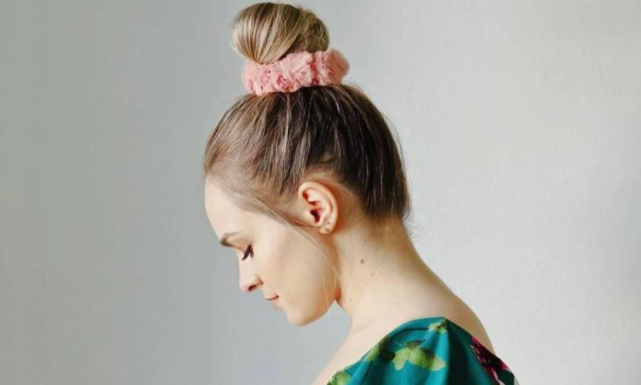 Τέσσερις διαφορετικοί τρόποι να χρησιμοποιήσεις το scrunchie στα μαλλιά σου