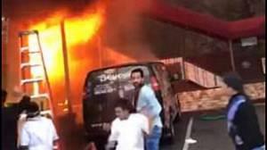 Βίντεο - σοκ: Κορίτσια πηδούν από μπαλκόνι για να σωθούν από τις φλόγες
