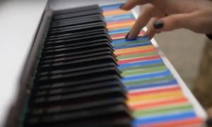 Tι κάνουν τρία πιάνο μόνα τους στους δρόμους της Αθήνας; (vid)