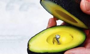 Κάντε πρόταση γάμου με... αβοκάντο και έχετε σίγουρο το «ΝΑΙ»: Tο νέο γαμήλιο vegetarian trend