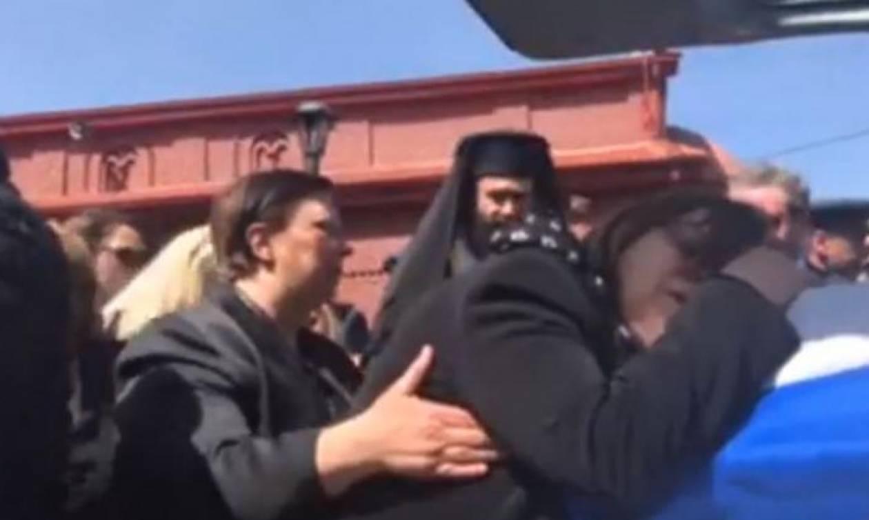 Η στιγμή του αποχωρισμού: Ο θρήνος των γονιών του αδικοχαμένου Γιώργου Μπαλταδώρου (video)