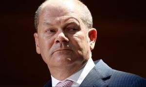 Deutsche Welle: «Σφίγγα» ο Σολτς για την ελάφρυνση του ελληνικού χρέους