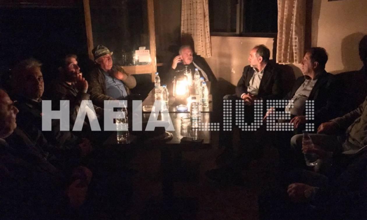 Φωτιά Ηλεία: Κάνουν σύσκεψη για την πυρκαγιά υπό το φως της λάμπας πετρελαίου!