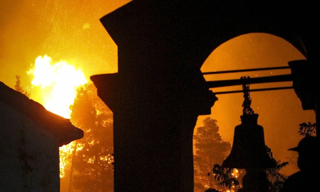Ηλεία: Νέα αναζωπύρωση της φωτιάς στη Φρίξα - Δίνουν «μάχη» οι πυροσβέστες (pics&vids)