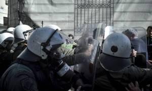 Βίντεο: Διαδηλωτής ξυλοκοπά αστυνομικό της ΥΜΕΤ στη Θεσσαλονίκη