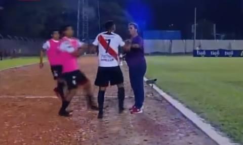 Επικό! Ποδοσφαιριστής πλάκωσε τον προπονητή γιατί έγινε αλλαγή! (vid)