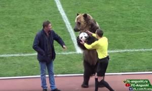 Σάλος στη Ρωσία: Έβαλαν... αρκούδα να παραδώσει την μπάλα για την έναρξη ποδοσφαιρικού αγώνα (video)