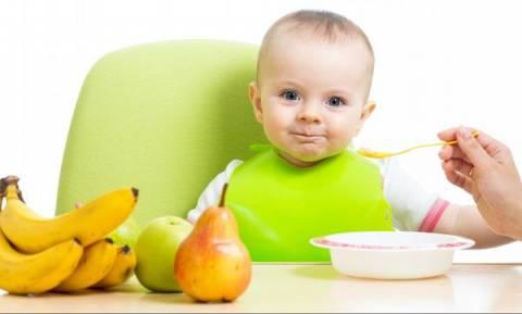 Τι πρέπει να γνωρίζετε για τη εισαγωγή των στερεών τροφών στη διατροφή του μωρού