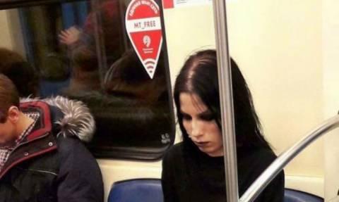 Αυτή η φωτογραφία μιας κοπέλας στο μετρό έσπασε όλα τα ρεκόρ σε likes (pic)